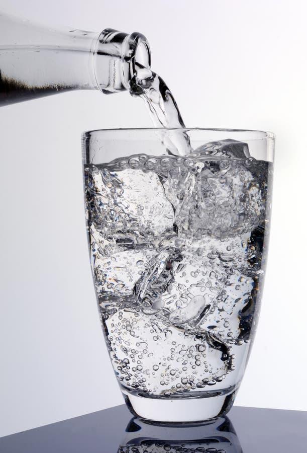 DOLEWANIA szkło SODOWANA woda obraz stock