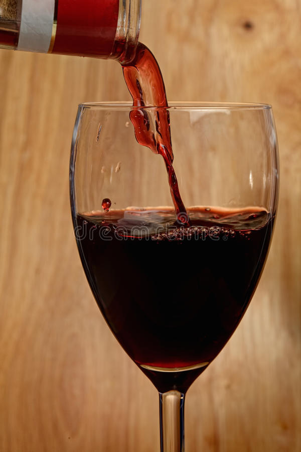 dolewania szklany wino zdjęcia royalty free