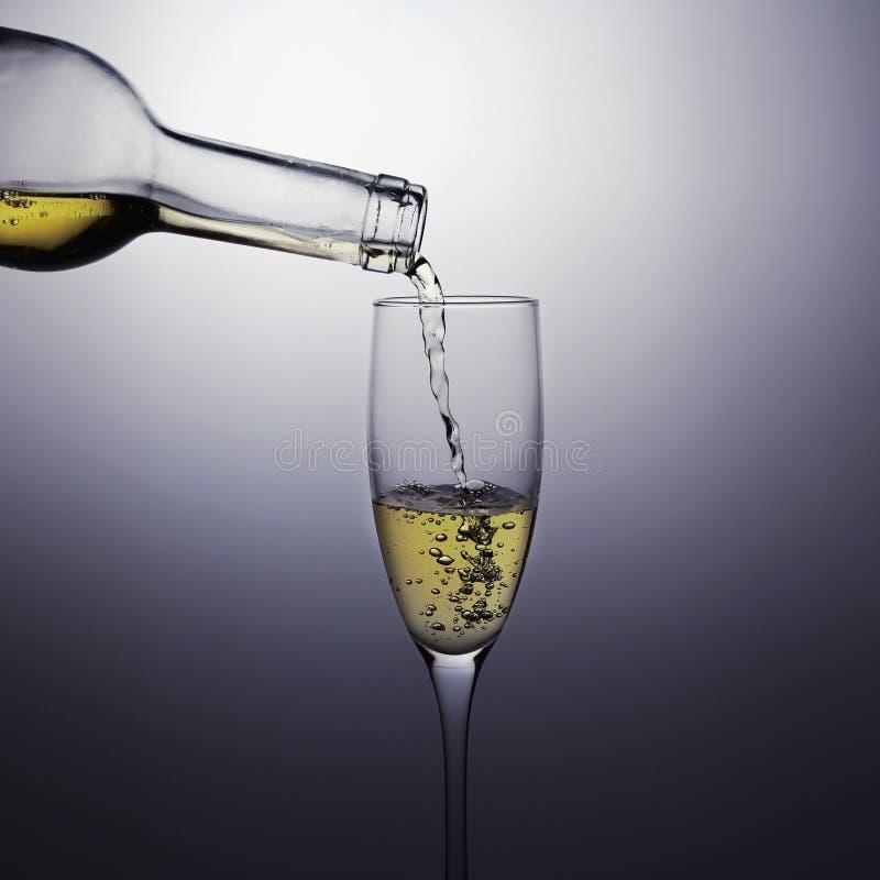 Dolewania wina dolewanie w wina szkło obraz royalty free