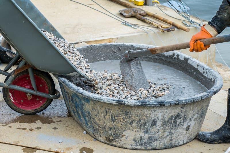 Dolewanie żwir od ciężarówki betonu cementowy mieszać obraz stock