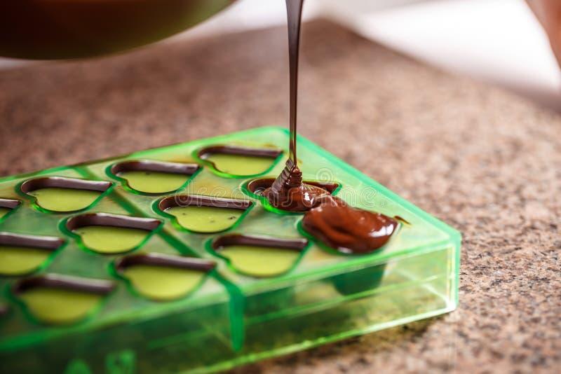 Dolewanie czekolada w foremce zdjęcia royalty free