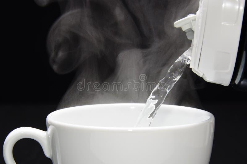 Dolewanie gorąca woda zdjęcia stock