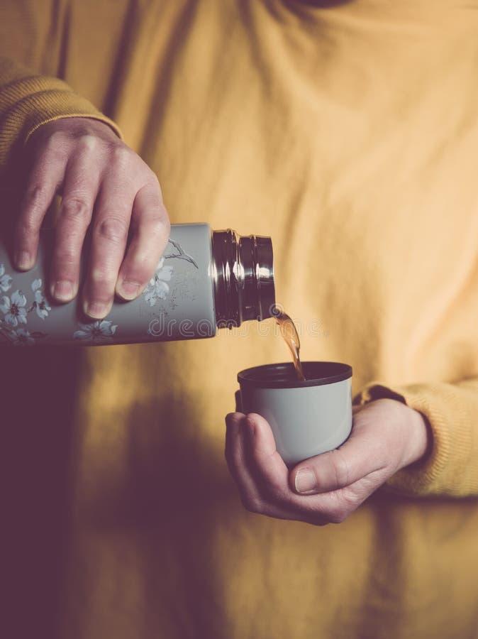 Dolewanie kawa od kolby obrazy royalty free