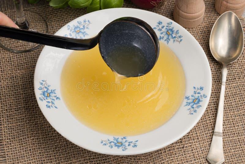 Dolewanie kości rosół w zupnego talerz obrazy stock