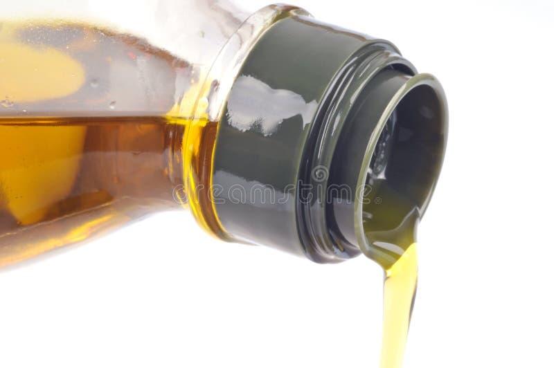 Dolewanie oliwa z oliwek w zbliżeniu na białym tle obrazy royalty free