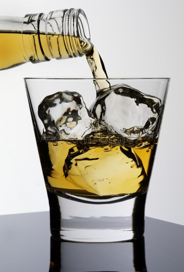 DOLEWANIE rum zdjęcie stock