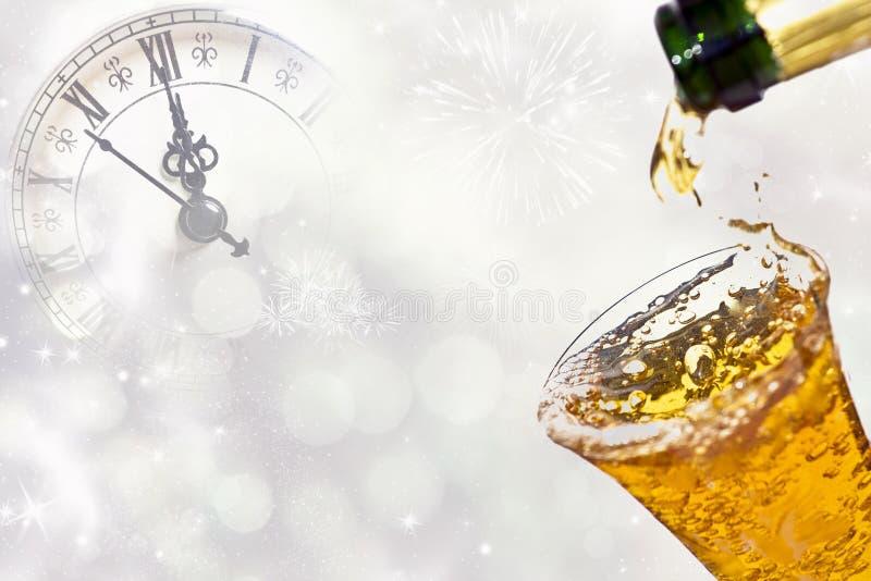 Dolewanie szampan przeciw wakacyjnym światłom obrazy royalty free
