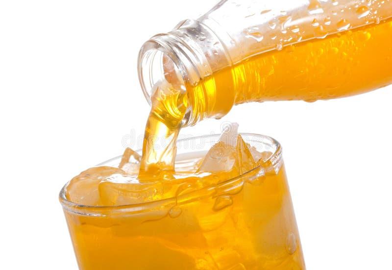 dolewanie szklana pomarańczowa soda zdjęcia stock