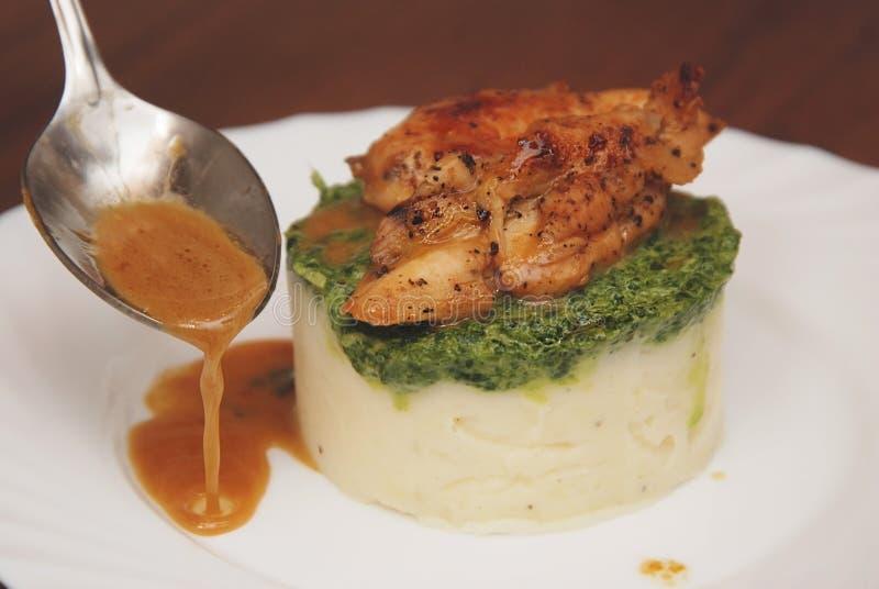 Dolewanie Ubiera kumberland nad Wyśmienicie Mashed Potatoe z kurczaka mięsem towarzyszący zdobycza kurczaka kuchni kartoteki karm zdjęcia royalty free