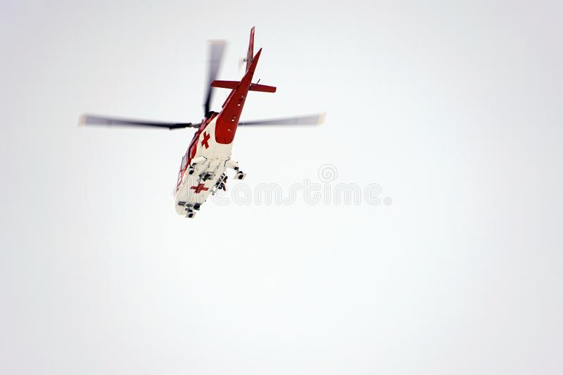 Dolina del ¡ di Studenà del ¡ di Malà - Vysoké Tatry/Slovacchia - 15 febbraio 2019: Elicottero di salvataggio della montagna nel fotografie stock
