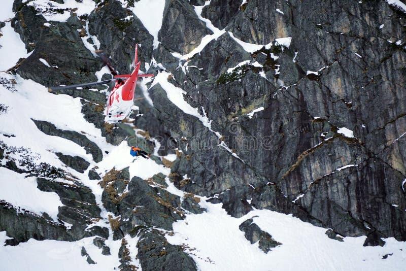 Dolina del ¡de Studenà del ¡de Malà - Vysoké Tatry/Eslovaquia - 15 de febrero de 2019: Helicóptero del rescate de la montaña en  fotografía de archivo libre de regalías