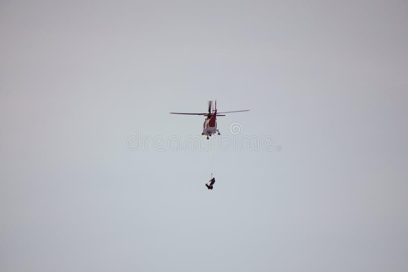Dolina del ¡de Studenà del ¡de Malà - Vysoké Tatry/Eslovaquia - 15 de febrero de 2019: Helicóptero del rescate de la montaña en  fotografía de archivo
