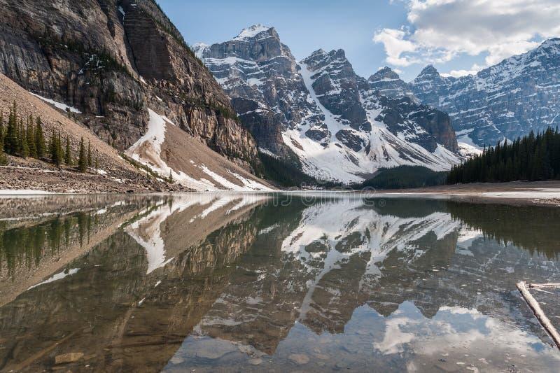Dolina Dziesięć szczytów lodowów odbija na Morena jeziorze obraz stock