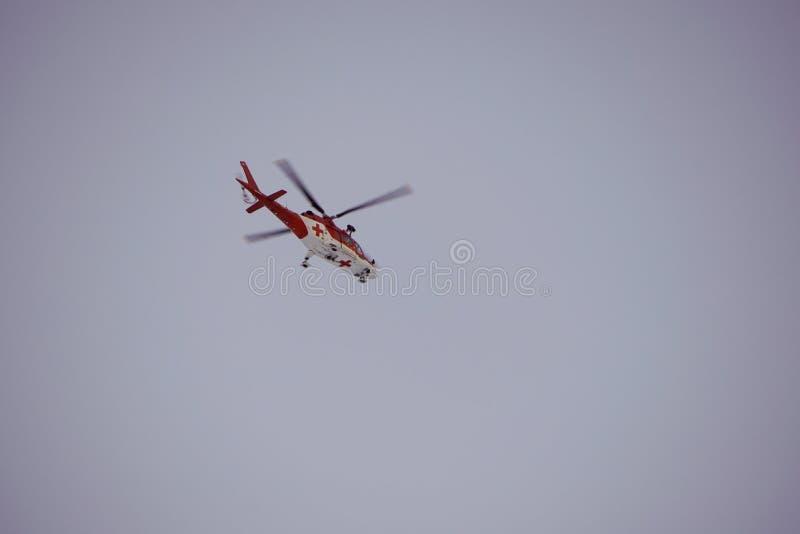 Dolina för Malà ¡ Studenà ¡ - Vysoké Tatry/Slovakien - Februari 15, 2019: Bergräddningsaktionhelikopter i den höga Tatrasen Vyso arkivbilder