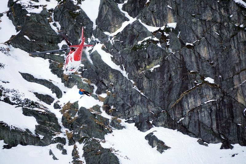 Dolina för Malà ¡ Studenà ¡ - Vysoké Tatry/Slovakien - Februari 15, 2019: Bergräddningsaktionhelikopter i den höga Tatrasen Vyso royaltyfri fotografi