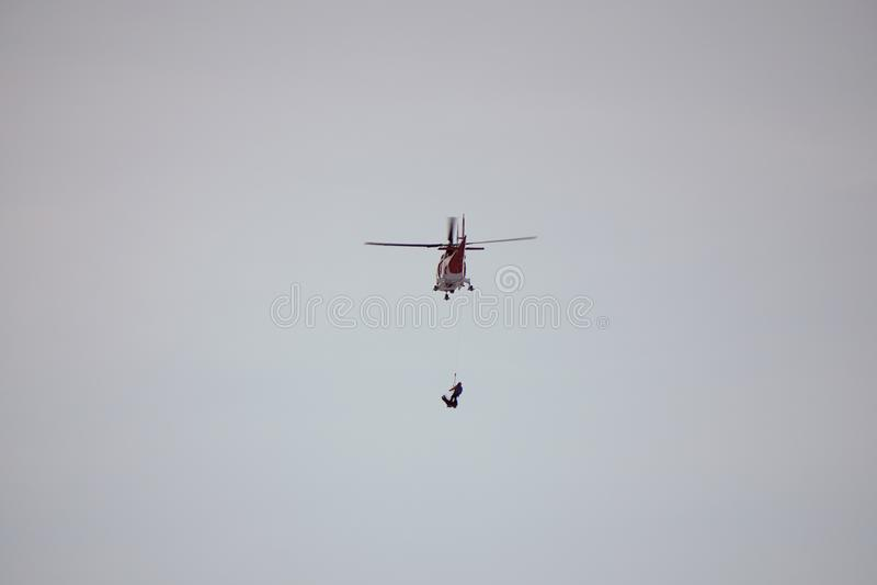 Dolina för Malà ¡ Studenà ¡ - Vysoké Tatry/Slovakien - Februari 15, 2019: Bergräddningsaktionhelikopter i den höga Tatrasen Vyso arkivbild