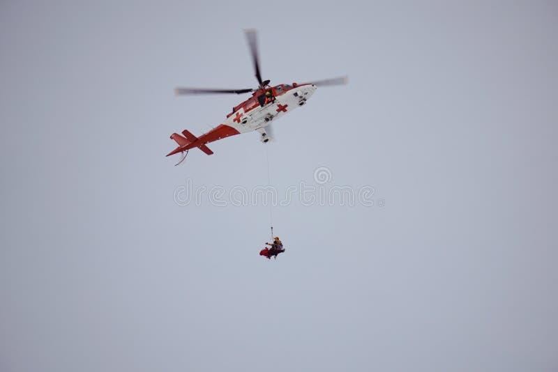 Dolina för Malà ¡ Studenà ¡ - Vysoké Tatry/Slovakien - Februari 15, 2019: Bergräddningsaktionhelikopter i den höga Tatrasen Vyso royaltyfria foton