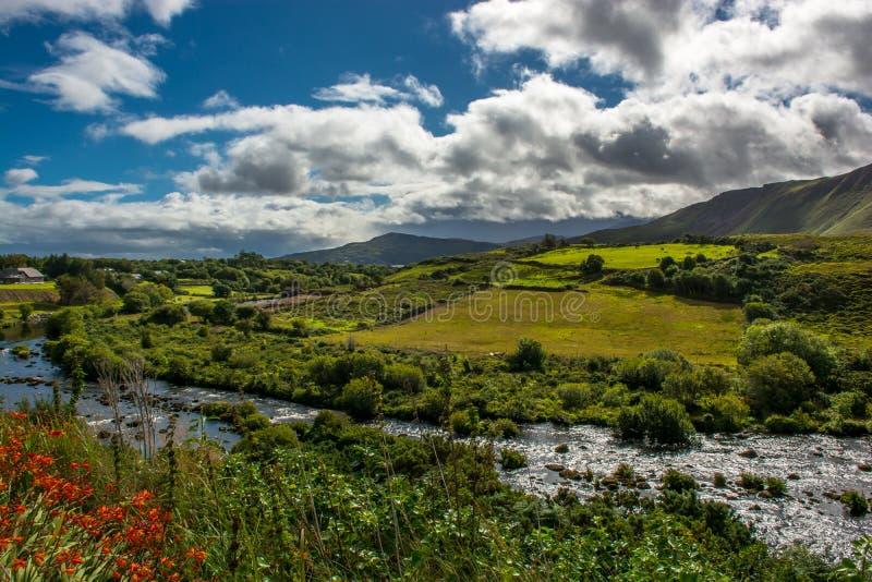 Dolina i rzeka przy pierścionkiem Kerry w Irlandia fotografia stock