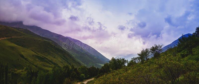 Dolina z dramatycznymi zmrok chmurami i deszczem, thunderclouds nad doliną obrazy royalty free