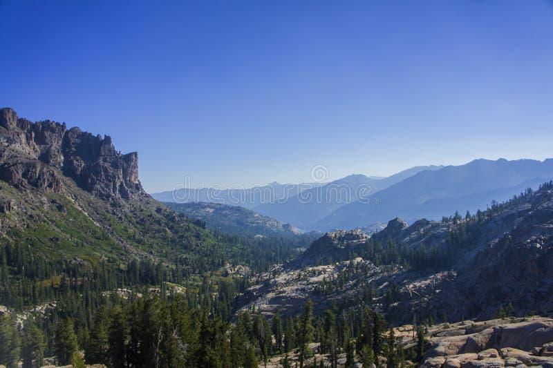 Dolina z falezami i pasmo górskie w odległości obraz stock