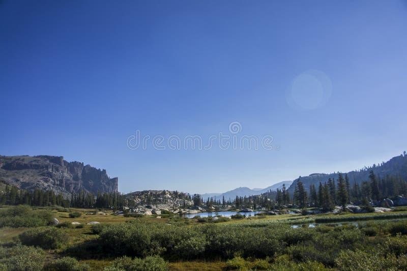 Dolina z jeziorem i falezą zdjęcie stock