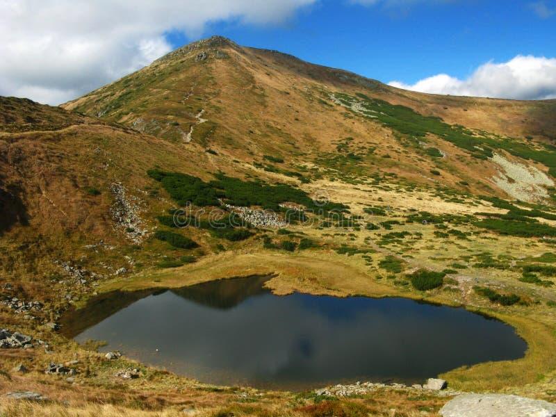 Dolina z małym jeziorem w górach zdjęcie royalty free