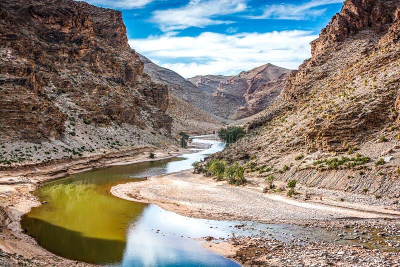 Dolina z rzeką blisko Midelt, Maroko starą kopalnianą wioską Aouli obraz royalty free