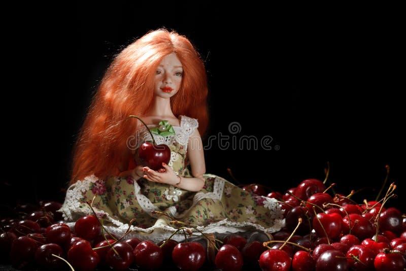 Doll en kers royalty-vrije stock afbeeldingen