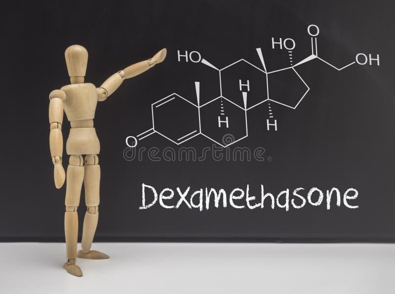 Doll het gearticuleerde wijzen op in een whiteboard chemische samenstelling stock fotografie