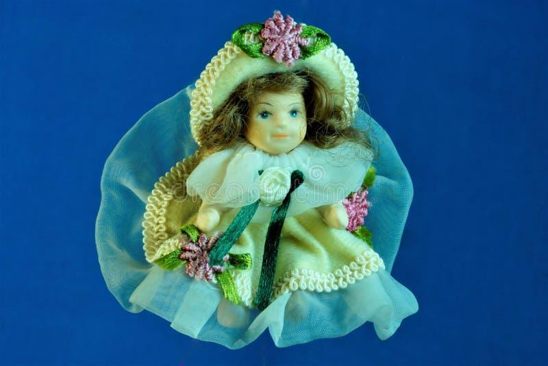 Doll meisje in een mooie weelderige kleding en een hoed stock afbeelding