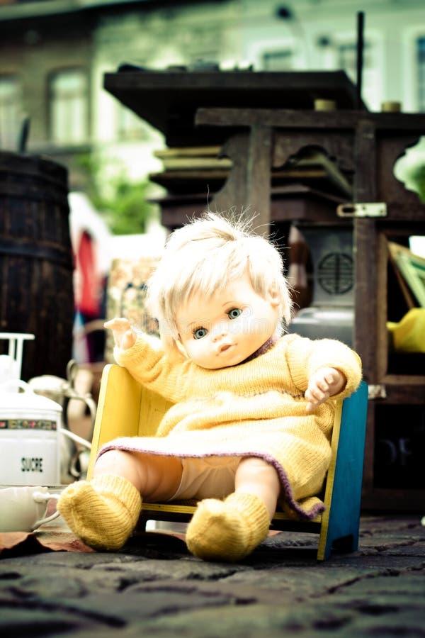 Doll voor verkoop in tweede handmarkt stock afbeelding