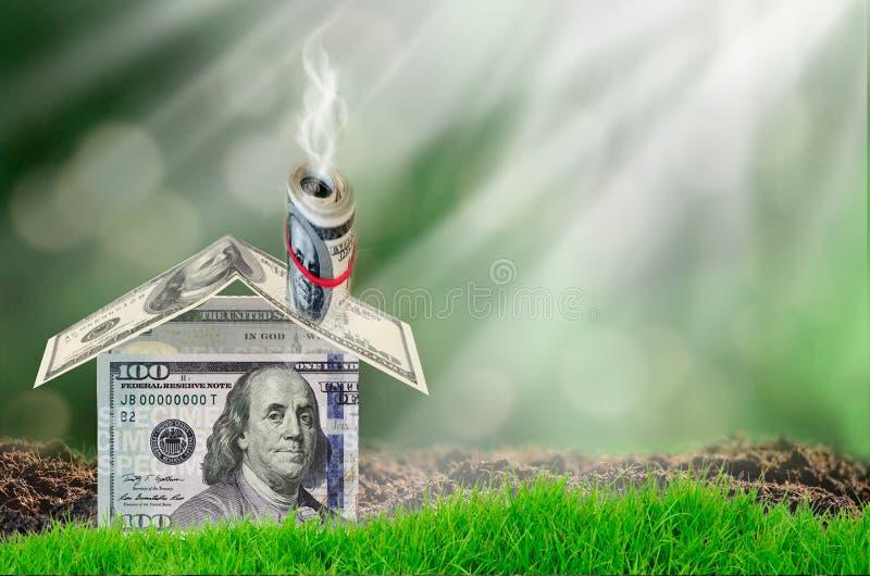 Dollaes och hus förestående i solljusshowbesparingar som köper ett hem eller som köper fastigheten Eller visa en bostadslån eller royaltyfria bilder