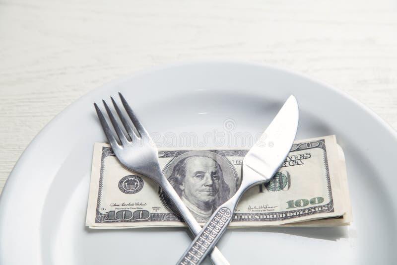 Dollar auf einer Platte Geld f?r Lebensmittel lizenzfreie stockfotos