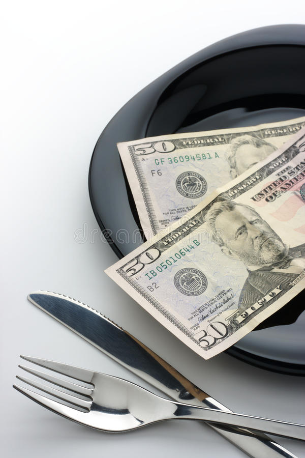 Dollar auf Platte mit Gabel und Messer stockfotos