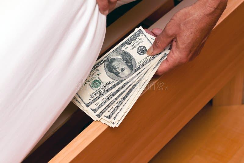 Dollar-Bargeldanmerkungen werden unter dem Bett versteckt lizenzfreies stockfoto