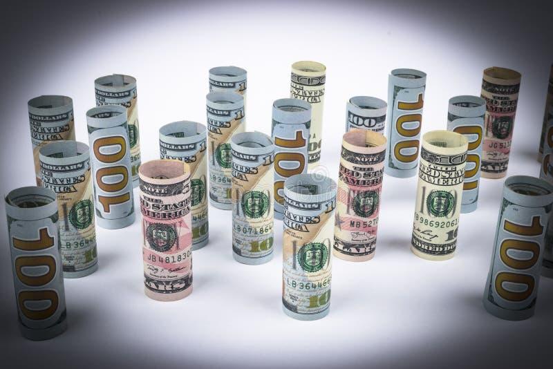 Dollar Dollarbanknotenrolle in anderen Positionen Amerikanische US-Währung auf weißem Brett Amerikanische Dollarbanknotenrollen stockfotos