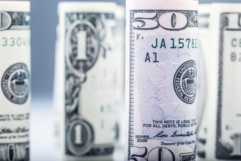 Dollar Dollarbanknotenrolle in anderen Positionen Amerikanische US-Währung auf weißem Brett und defocused Hintergrund stockfoto
