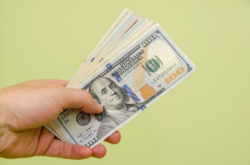 dollar för pengar för manhand hållande royaltyfri fotografi