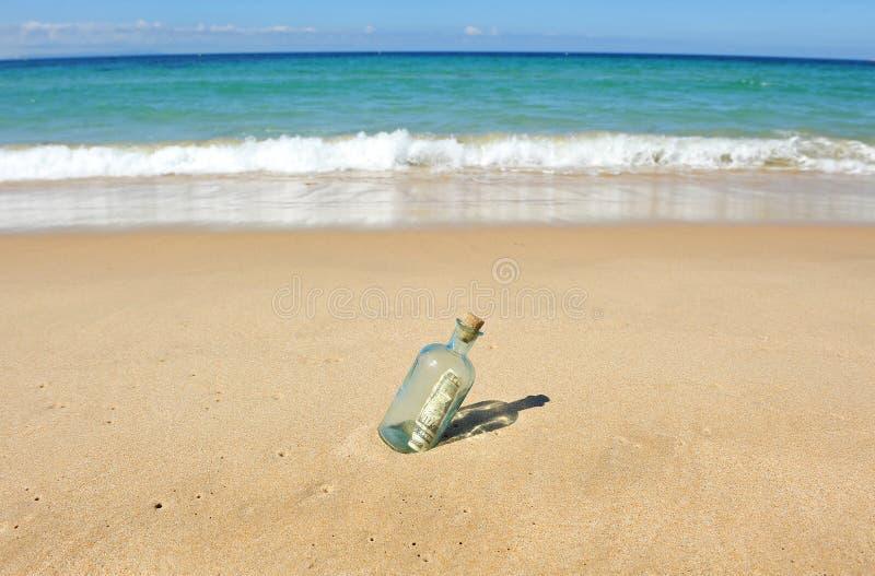 10 dollar i en flaska på stranden royaltyfria foton