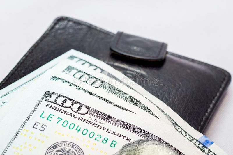 Dollar Lüge auf einem schwarzen Geldbeutel Geld, zum von Käufen abzuschließen Erworbenes MO lizenzfreies stockbild