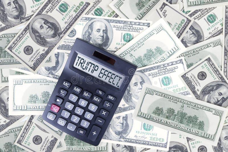 Dollar mit Trumpf-Effektwort auf Taschenrechner stockfoto