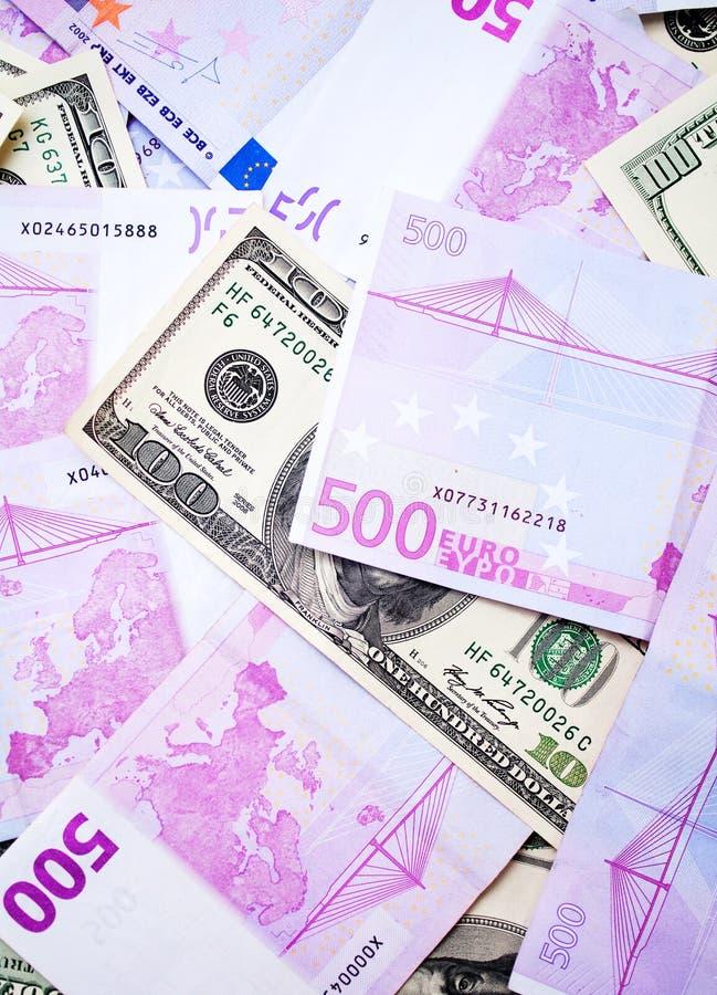 Dollar- och eurosedlar arkivfoton