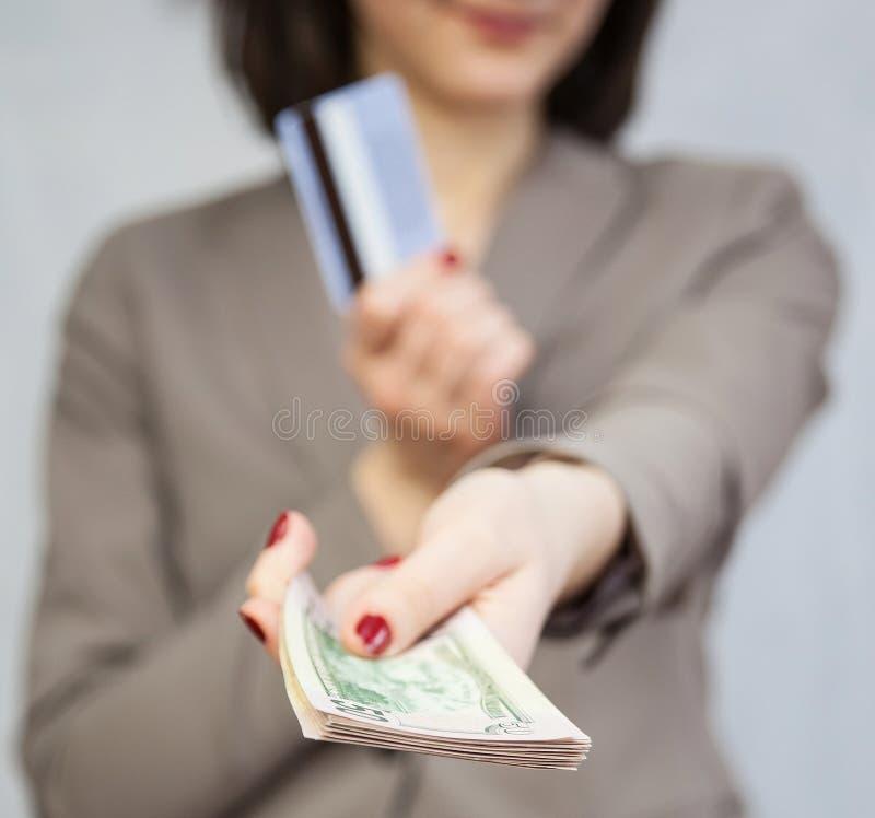 Dollar och kreditkort för affärskvinna hållande arkivfoton