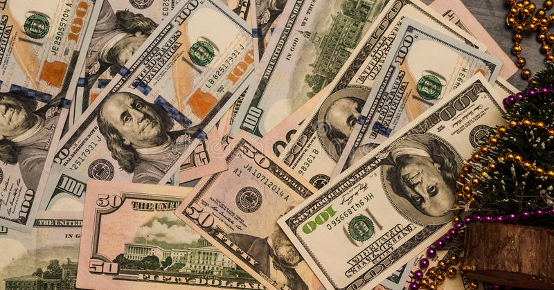 Dollar på den gamla trätabellen Mot bakgrunden av girlander gåva, nytt år fotografering för bildbyråer