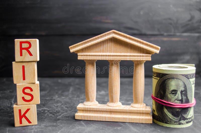 Dollar, Regierungsgebäude und Aufschrift ` riskieren ` auf Holzklötzen Das Risiko der Investierung in einem Geschäftsprojekt Kurz stockfotografie