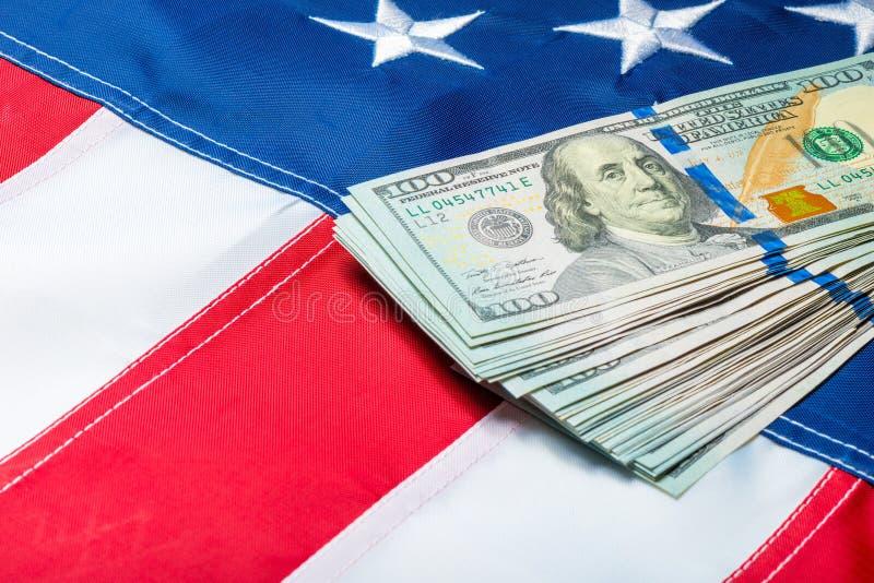 100 dollar rekeningen die op de sterren van de Amerikaanse vlag liggen stock afbeelding