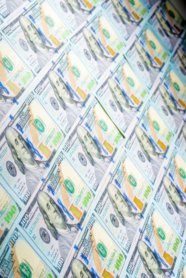 100 dollar rekeningen op een rij stock foto