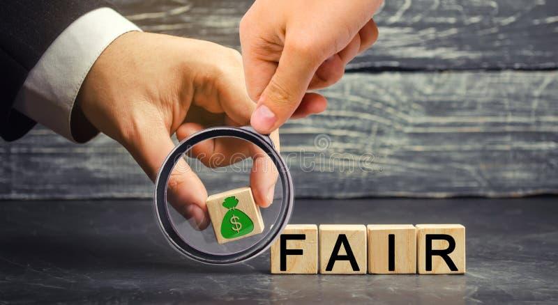 Dollar und das Aufschrift ` angemessene ` auf Holzklötzen schwerpunkt Preiskalkulation des angemessenen Wertes, Geldschuld Fairer lizenzfreies stockfoto