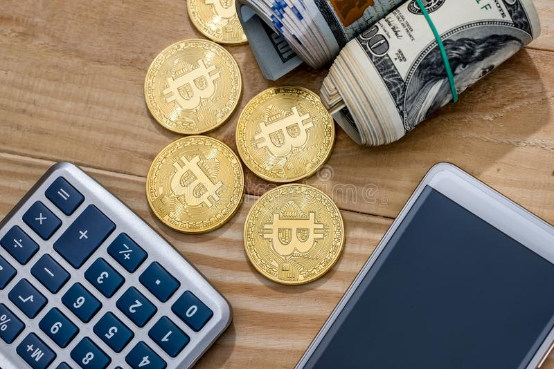 dollar vs bitcoin på skrivbordet arkivbild