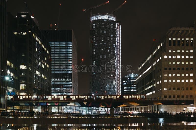 DOLLAR-Zugdurchläufe vor modernen Gebäuden in Canary Wharf, London, Großbritannien lizenzfreie stockfotografie